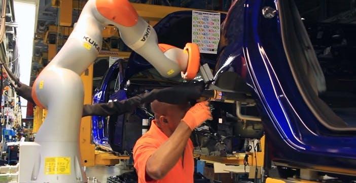 Negli stabilimenti Ford operai e robot vanno ora a braccetto