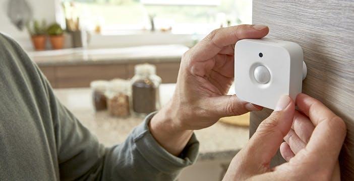 Lampadine accese solo quando serve: arriva il sensore di movimento Philips Hue