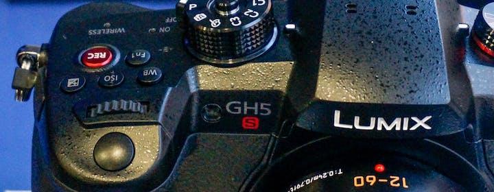 Panasonic fa la mirrorless cucita addosso ai videomaker: la Lumix GH5s è un portento