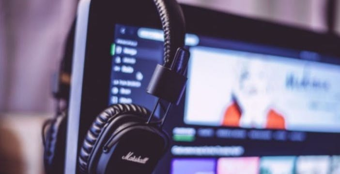 La musica in streaming fa bene al portafoglio e male all'ambiente