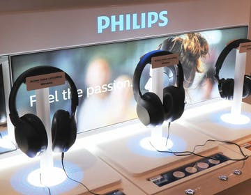 Philips sfida Sony e Bose, le cuffie wireless a cancellazione di rumore costano 199 euro