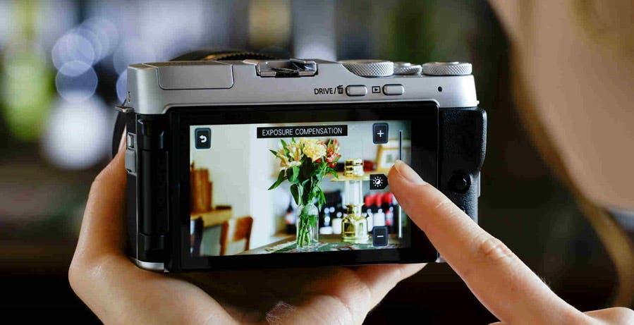 Fujifilm lancia la smart camera XA-7: ottiche intercambiabili e un enorme schermo sul retro