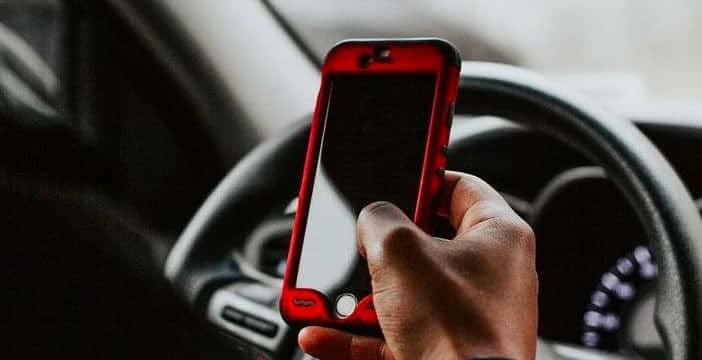 Smartphone alla guida, la proposta: fino a 2.500 euro di multa e 3 mesi di sospensione della patente
