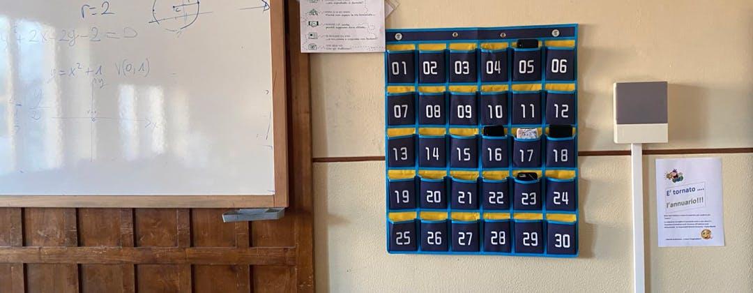 """Smartphone """"appesi"""": parla la preside che ha risolto la questione dei telefoni in classe"""