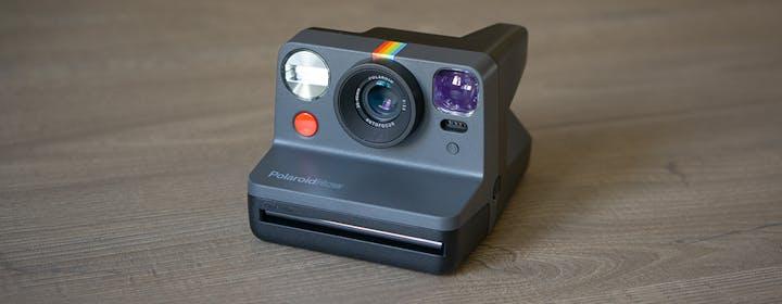 Polaroid è tornata: autofocus, doppia esposizione e batteria ricaricabile. L'abbiamo provata