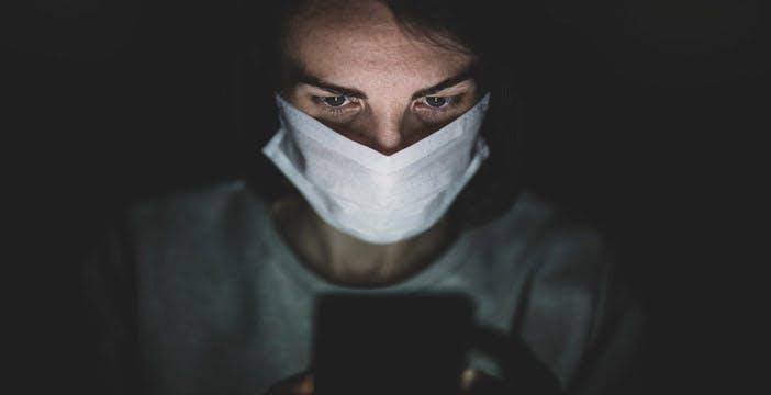 Troppo tempo davanti agli schermi: come proteggere la vista dalla dannosa luce blu