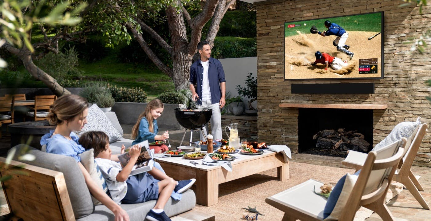 Smart TV 4K per il giardino: Samsung ha svelato The Terrace, resistente all'acqua