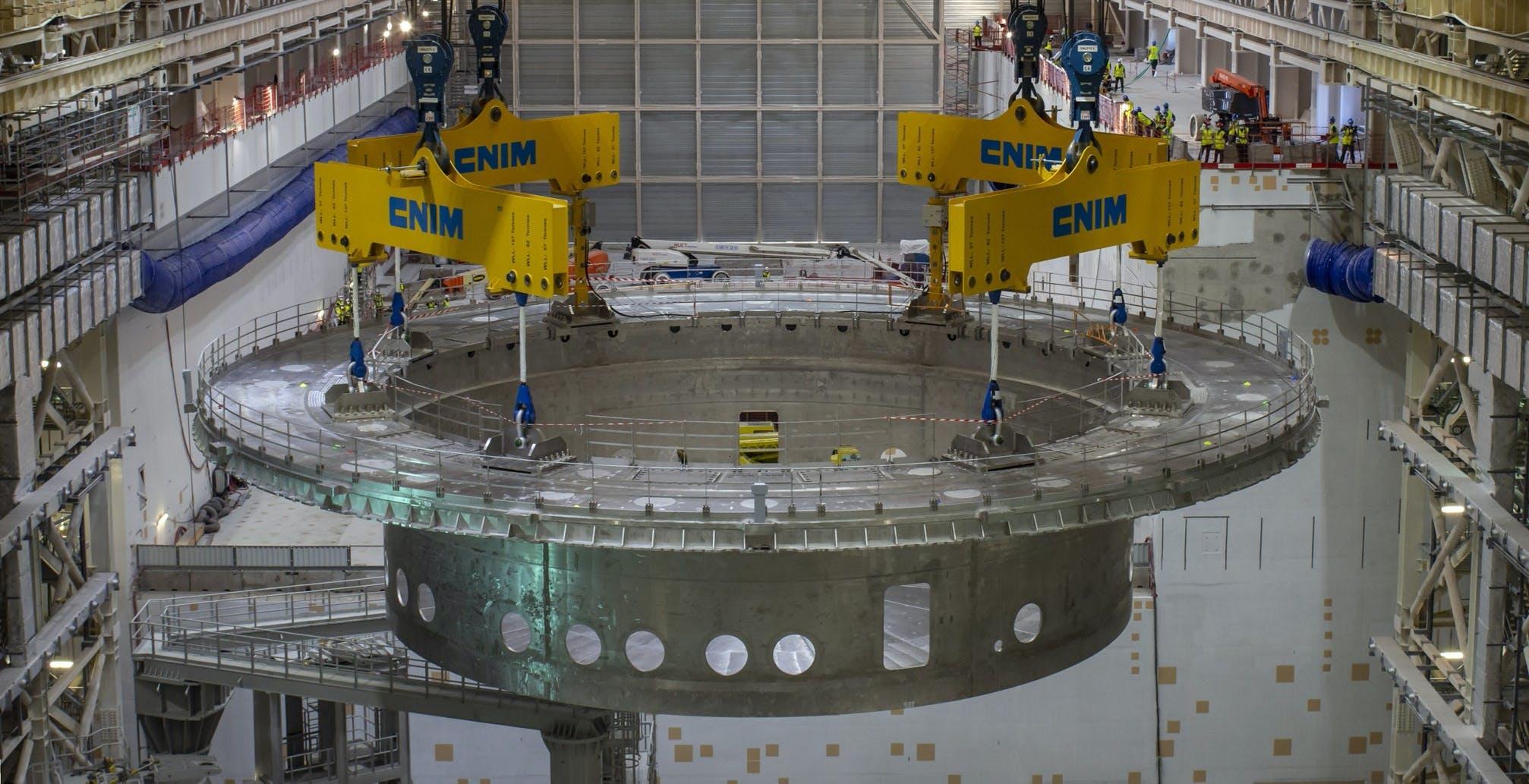 Installato il primo componente di ITER, il reattore a fusione nucleare più grande del mondo