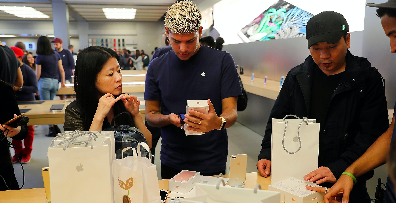 Smartphone, sopra i 400 euro vendono solo Apple e Samsung. Dei 5 smartphone più venduti 4 sono iPhone