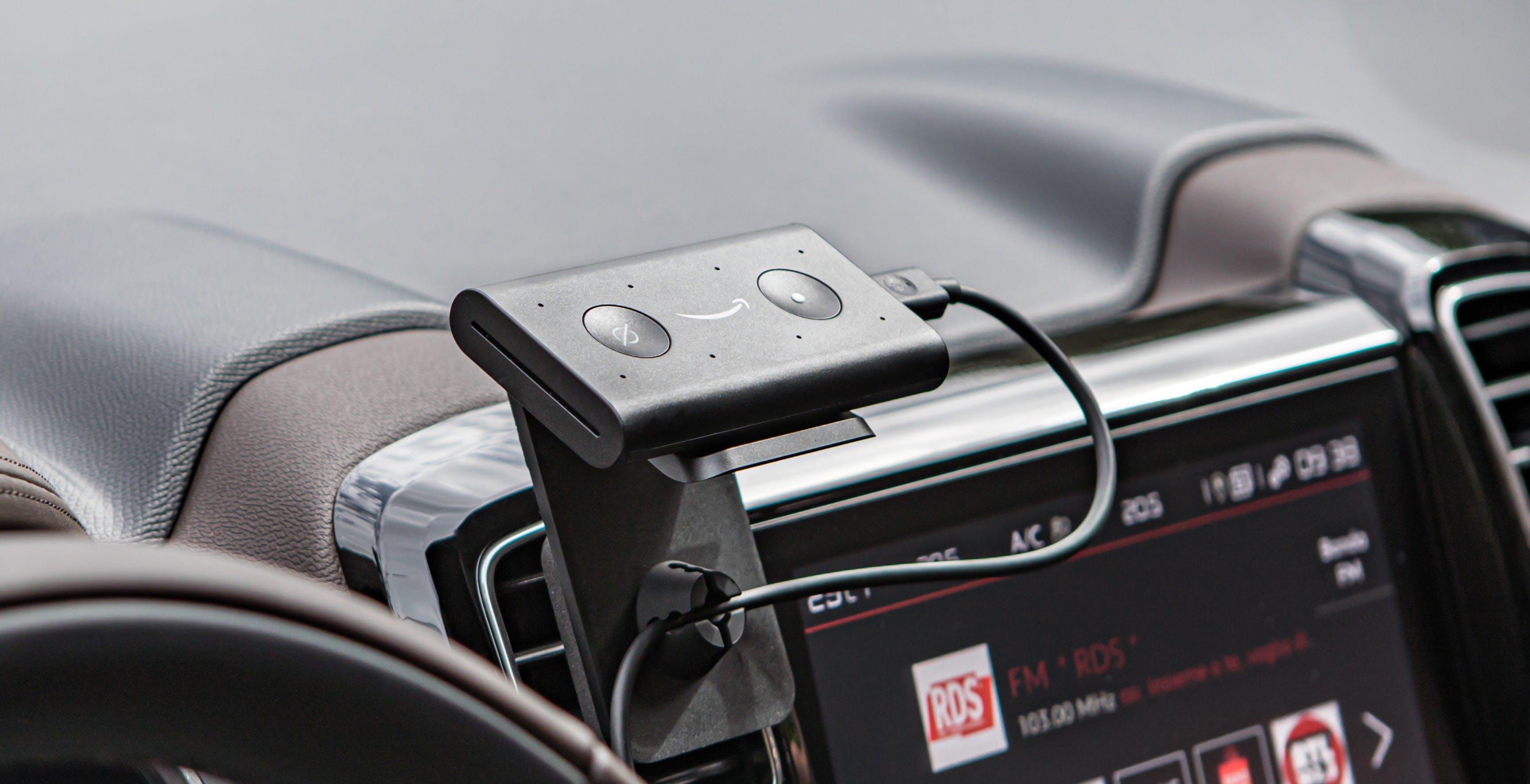 Alexa sale sull'auto: ufficiale Echo Auto. Otto microfoni e si collega all'accendisigari