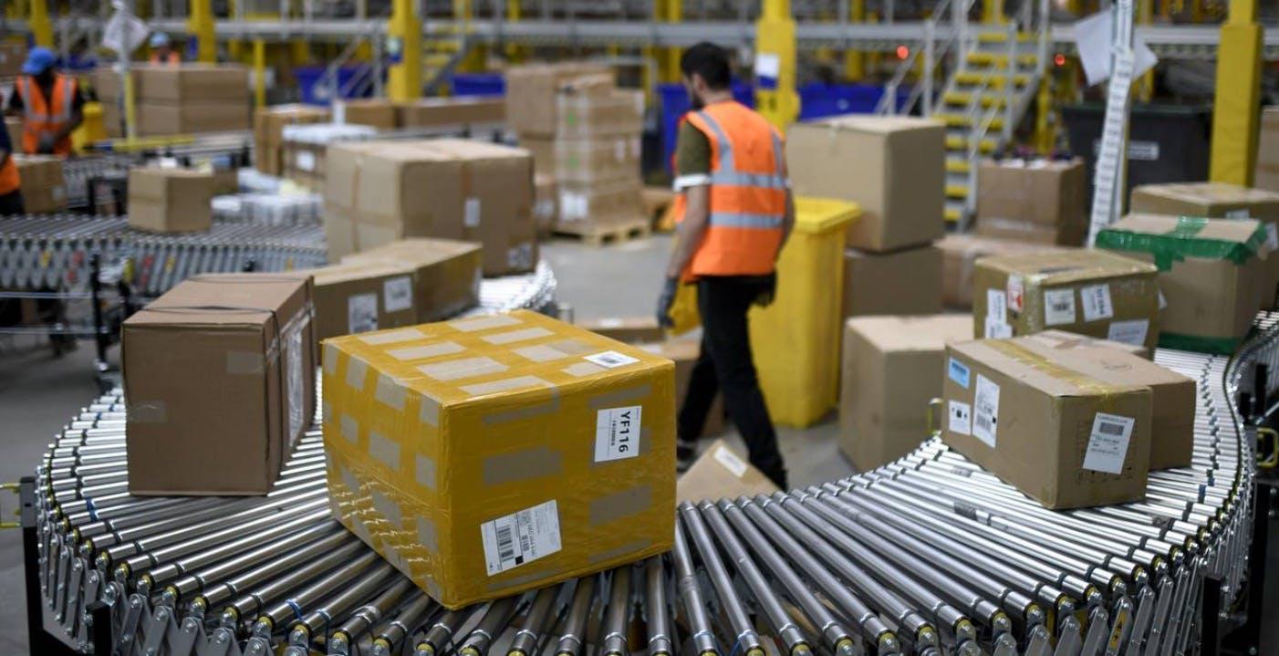 Braccialetti ai dipendenti per far rispettare il distanziamento: il test di Amazon