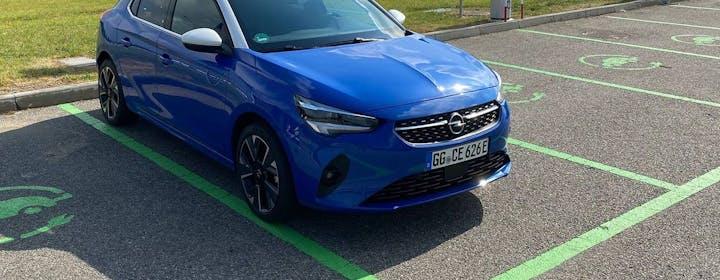 Un giorno con Opel Corsa-e: consumi, ricarica e come si guida. Il prezzo è l'asso nella manica