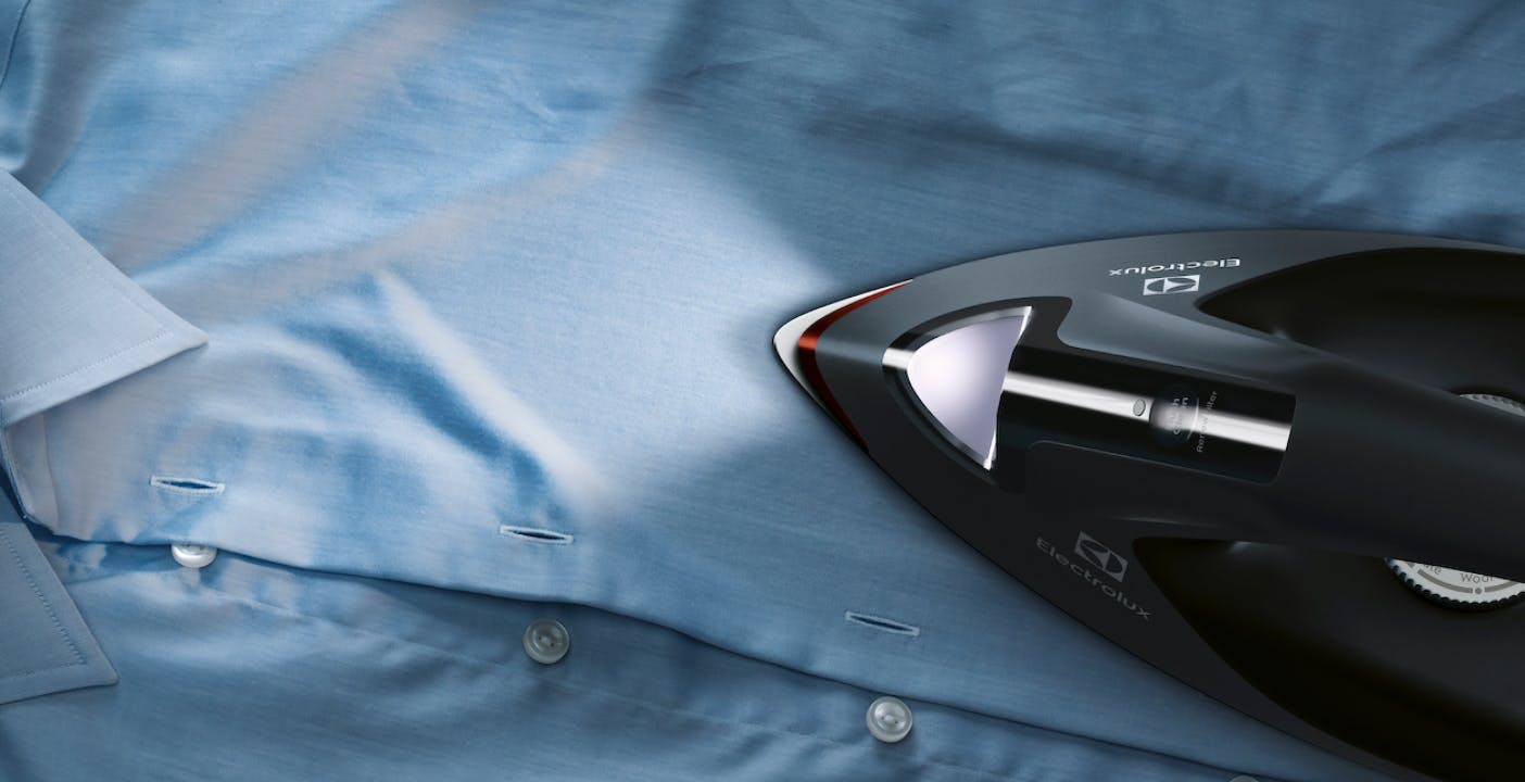 Anche il ferro da stiro si rinnova, le novità Electrolux: luci LED, doppio filtro anticalcare e stiratura verticale
