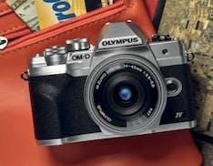 La nuova Olympus OM-D E-M10 Mark IV strizza l'occhio ai selfie