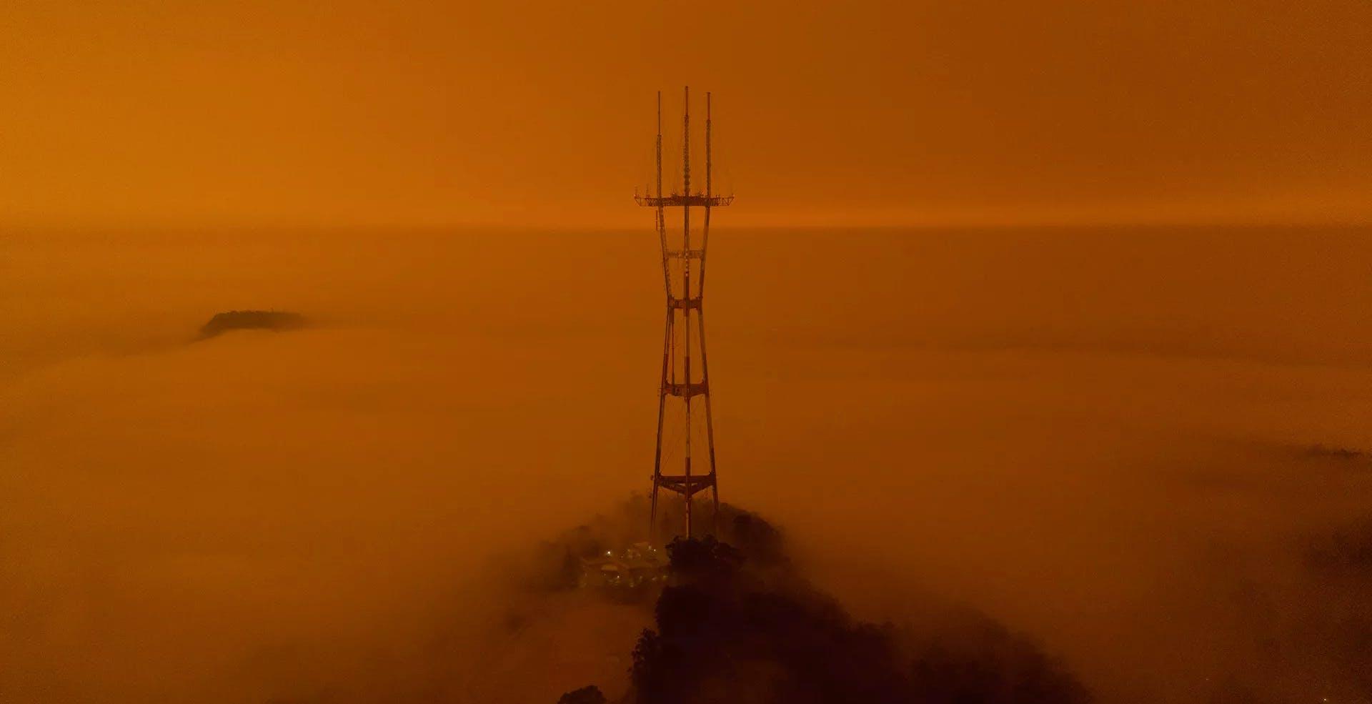 Il cielo di San Francisco si è tinto di un rosso post-apocalittico a causa degli incendi che mordono la California