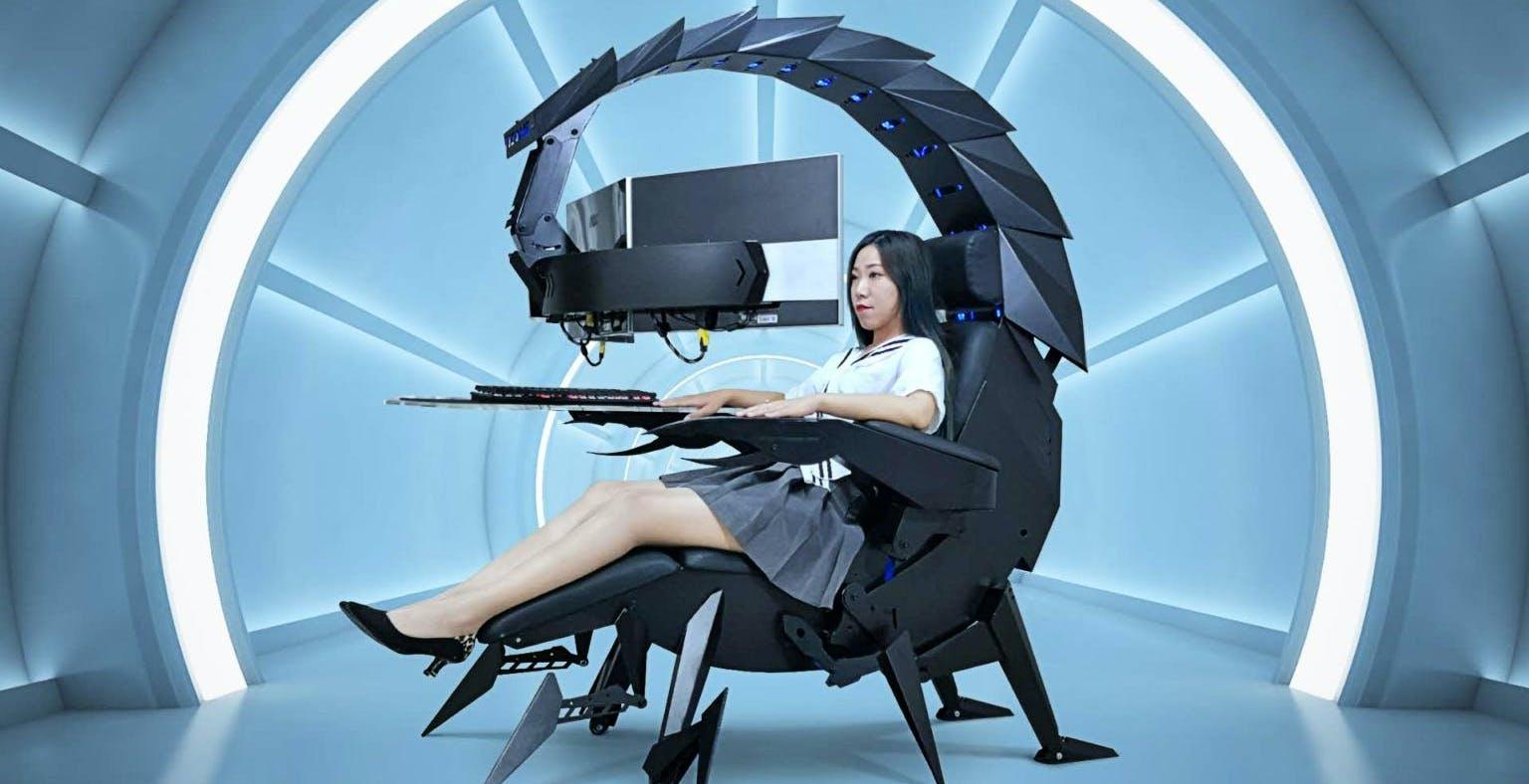 La postazione per computer a forma di scorpione è una delle cose più bizzarre che vedrete quest'anno