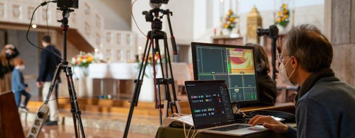 La messa in streaming: quando la tecnologia sostiene la fede