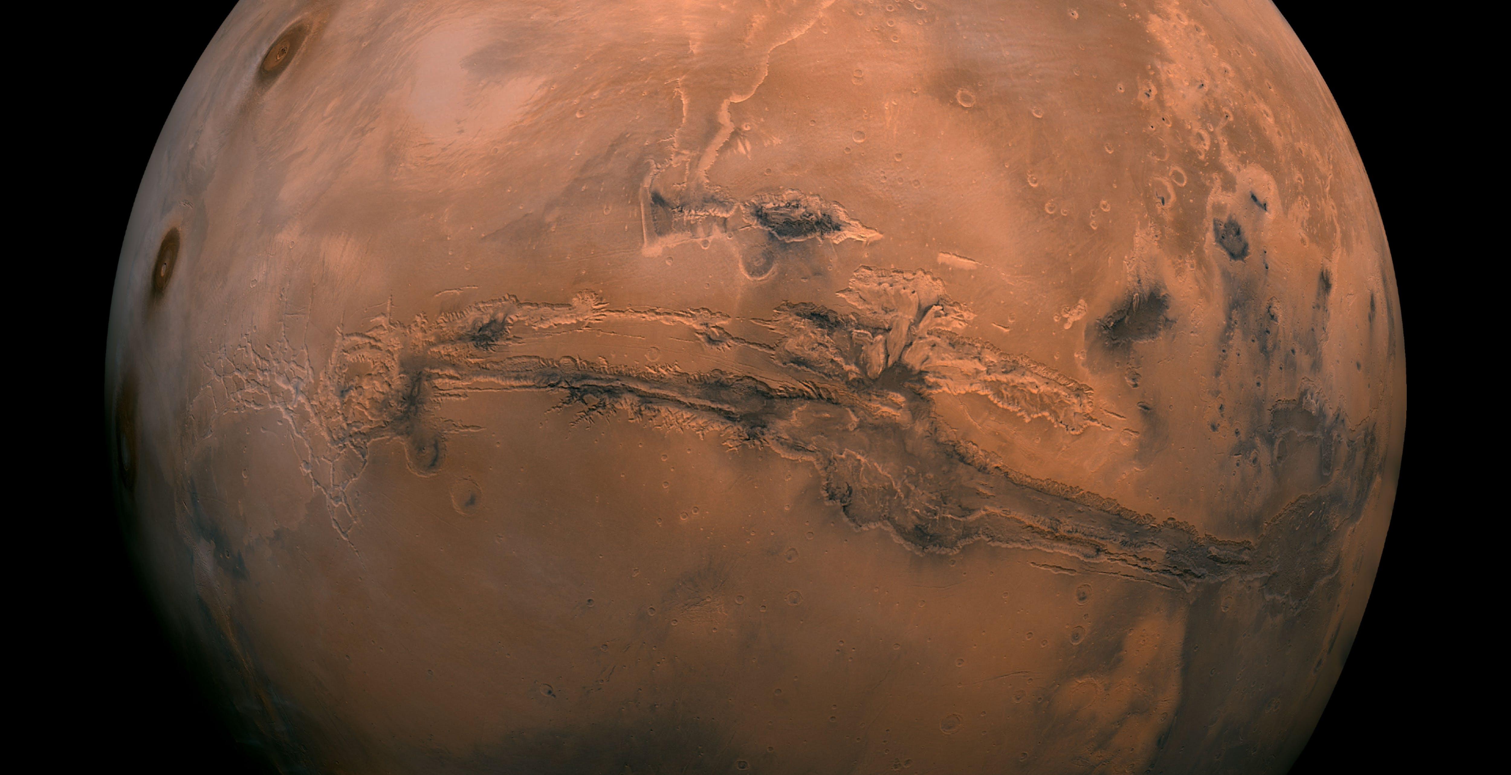 Le spettacolari immagini del canyon più lungo del sistema solare. Si trova su Marte