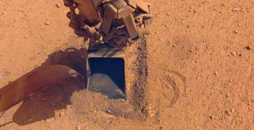 """La """"talpa"""" di InSight ha finito di scavare su Marte. È stata battuta dal suolo marziano"""
