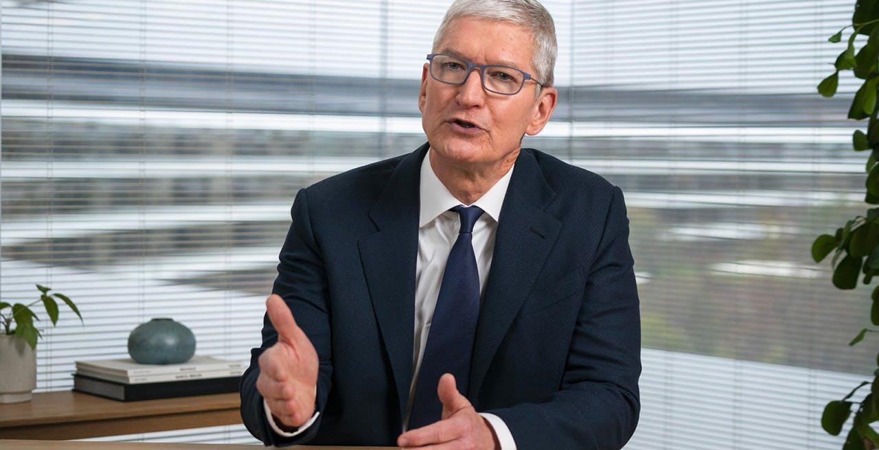 """Apple contro Facebook: per Tim Cook """"Il suo approccio alla tecnologia favorisce violenza e polarizzazione"""""""