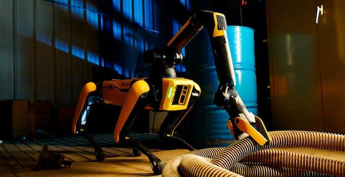 Il cane robot di Boston Dynamics ora è totalmente autonomo. E grazie al braccio raccoglie i rifiuti e apre le porte