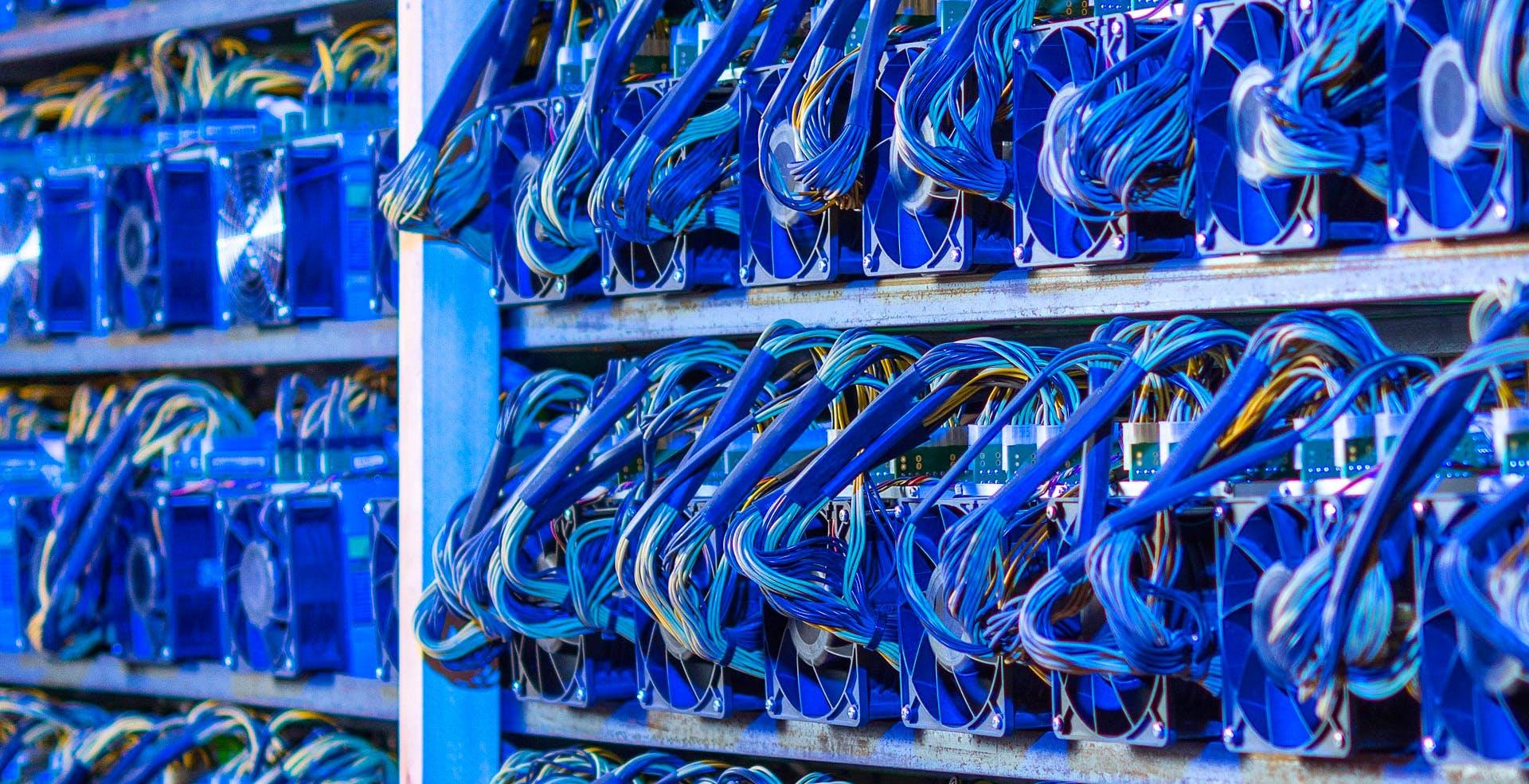 In Iran la corrente costa pochissimo e i cinesi hanno costruito enormi miniere di bitcoin. Ora la rete elettrica è in ginocchio