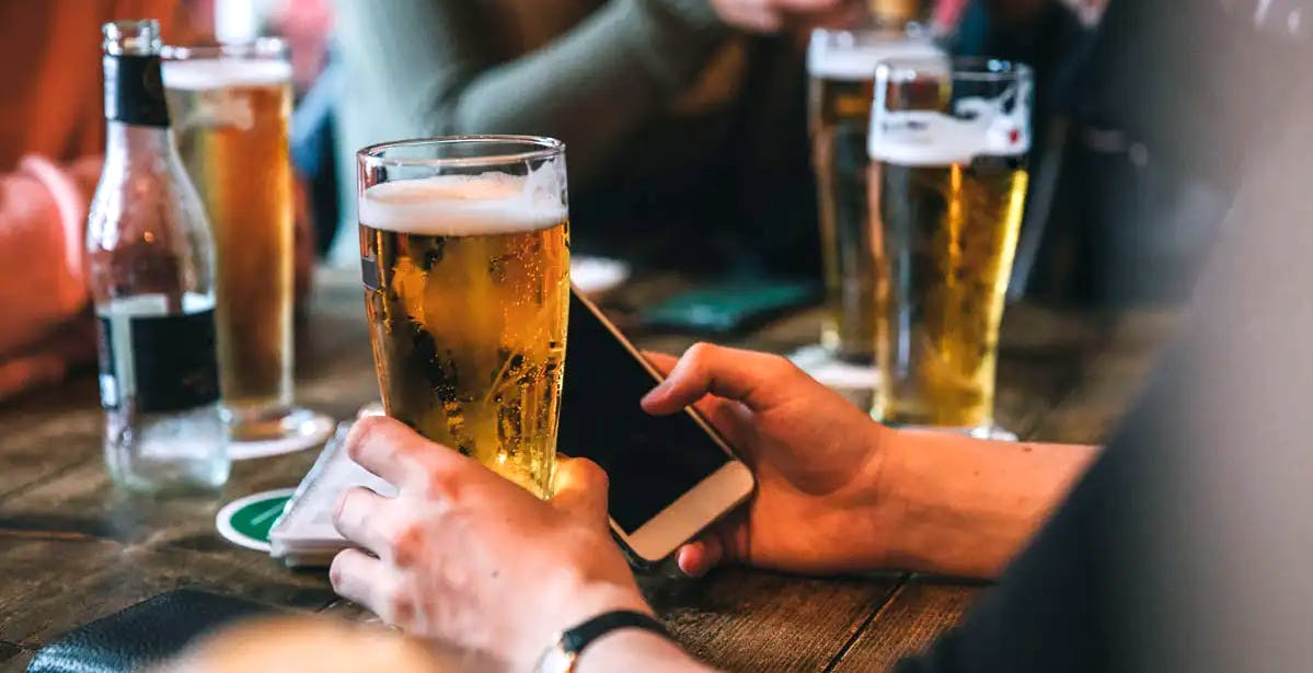 """Brevettata in Cina la """"modalità ubriaco"""" per gli smartphone. Stop ai messaggi molesti dopo aver alzato il gomito"""