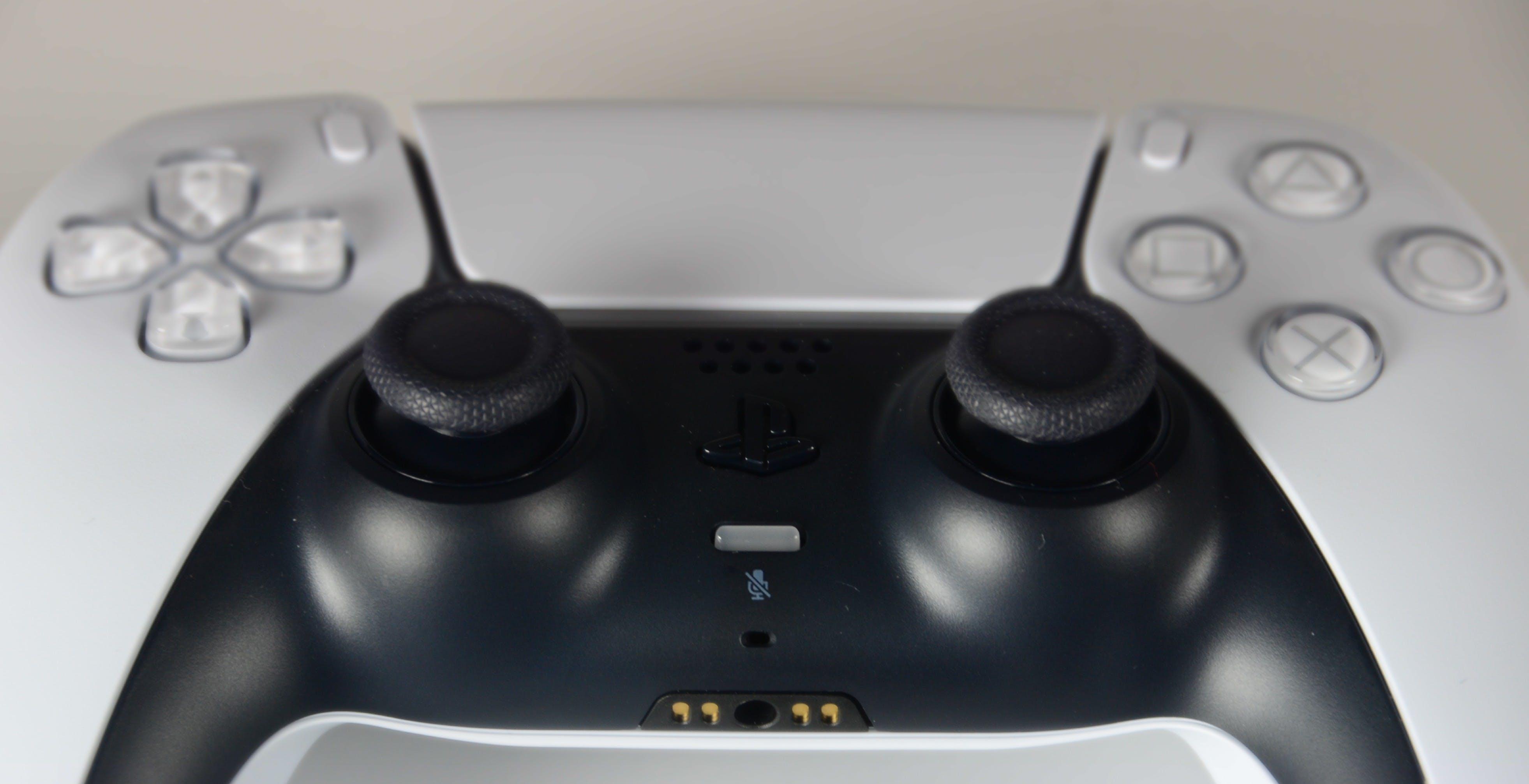 """Anche il DualSense di PS5 soffre il """"drift"""" delle levette: perché tanti pad hanno lo stesso problema"""