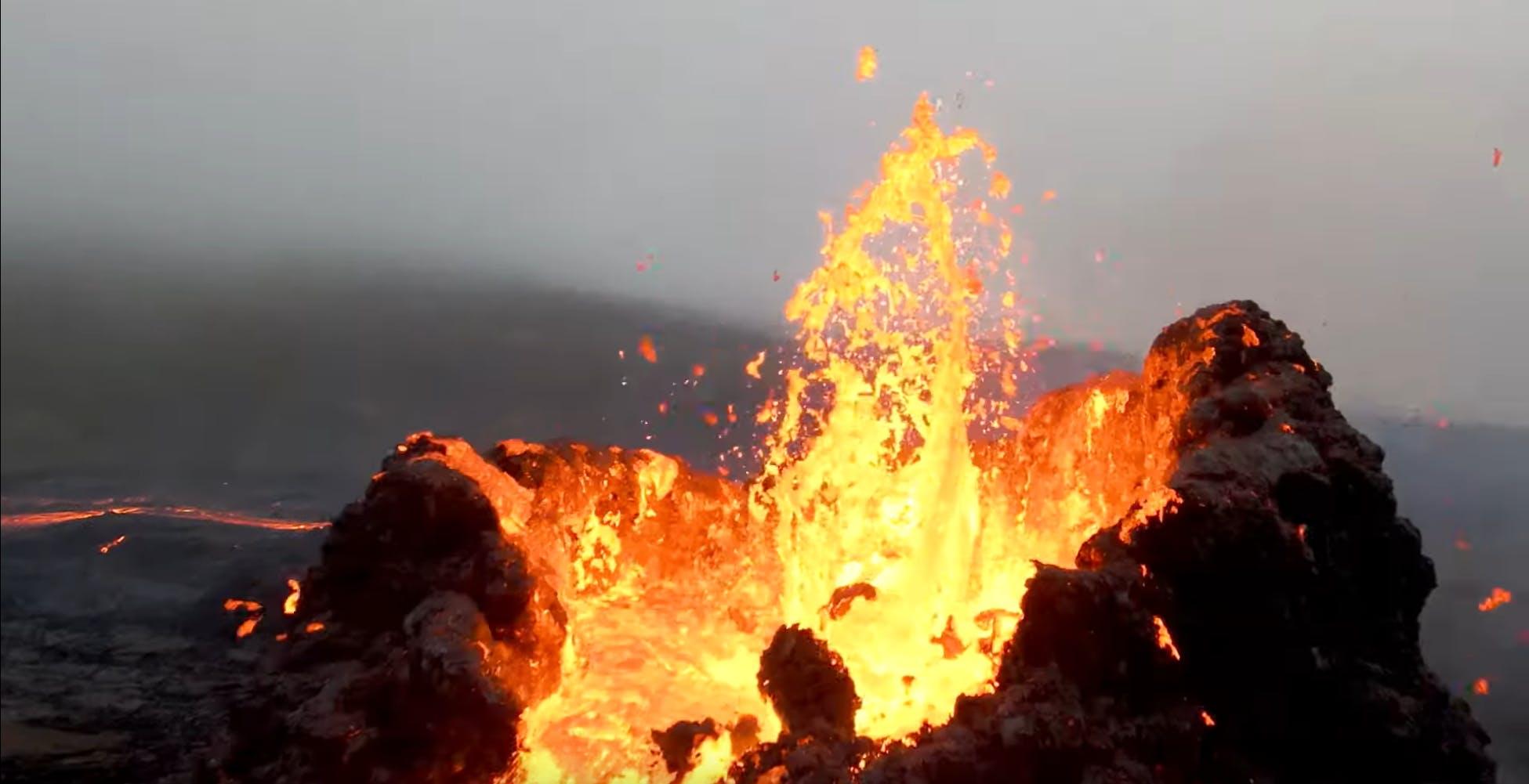 Il drone DJI FPV sorvola un vulcano islandese in eruzione. Le immagini sono incredibili