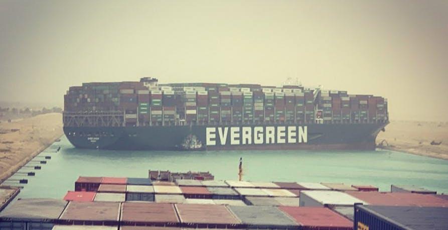 Una nave portacontainer si è incagliata nel Canale di Suez. In ritardo le merci tecnologiche dalla Cina