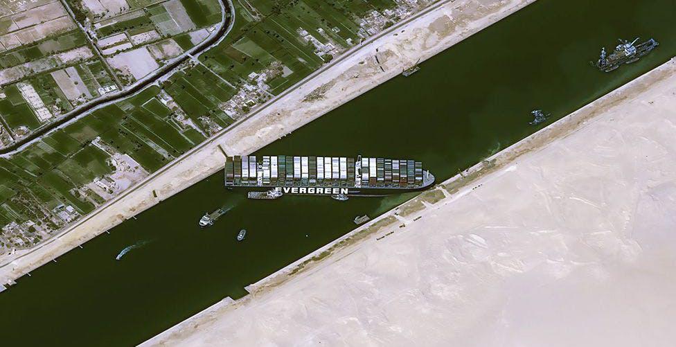 La Ever Given è ancora bloccata nel canale di Suez. Approvvigionamenti a rischio. Si pensa al periplo dell'Africa