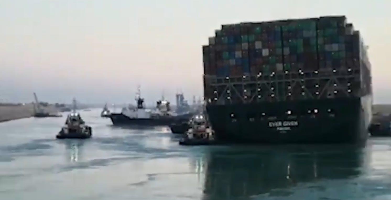 La Ever Given torna a galleggiare: disincagliata la poppa. Il traffico marittimo non è ancora ripreso