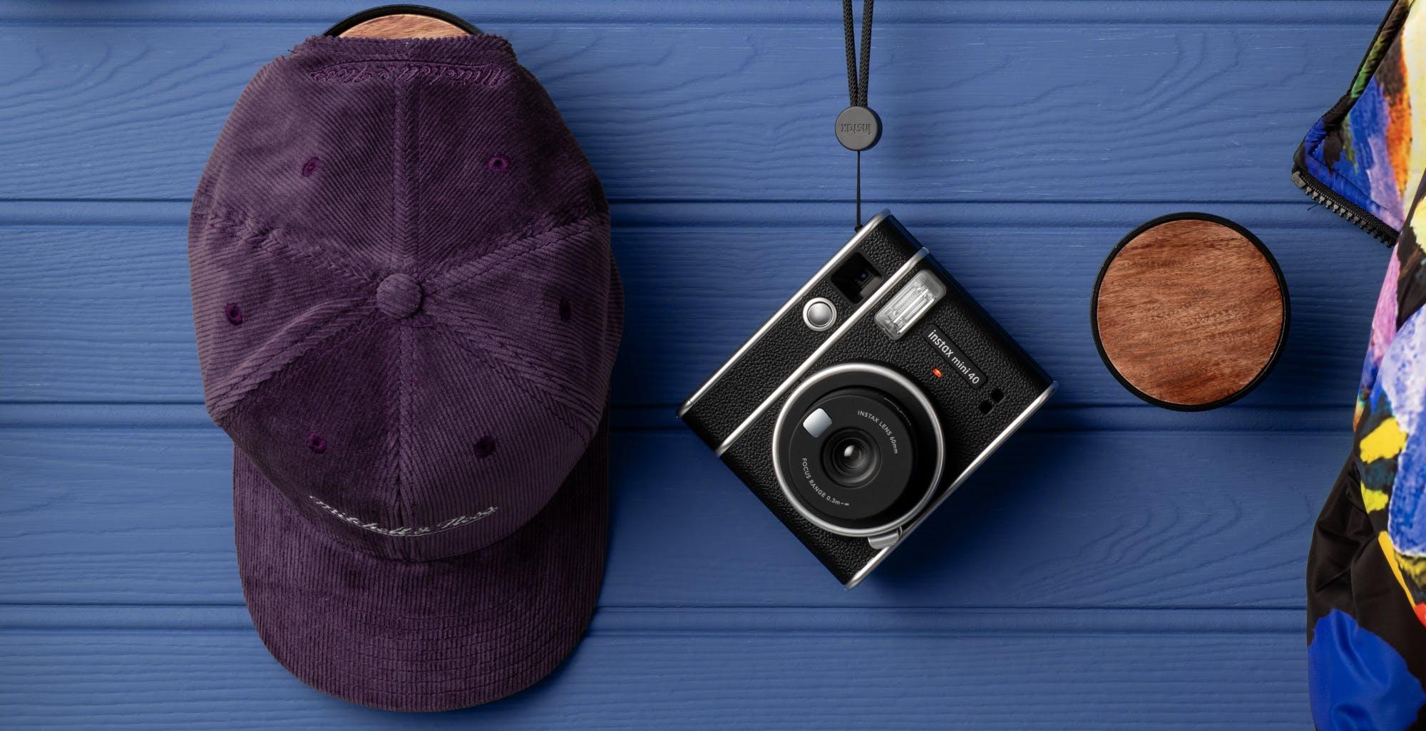 Fujifilm lancia instax mini 40, la macchina fotografica istantanea dalle linee classiche