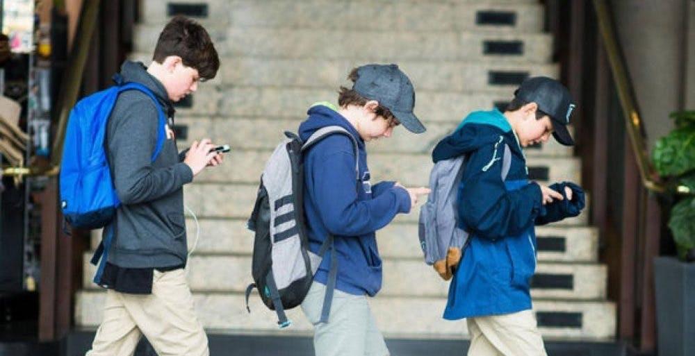 Android, arriva l'avviso per chi cammina a testa bassa con lo sguardo fisso sullo smartphone