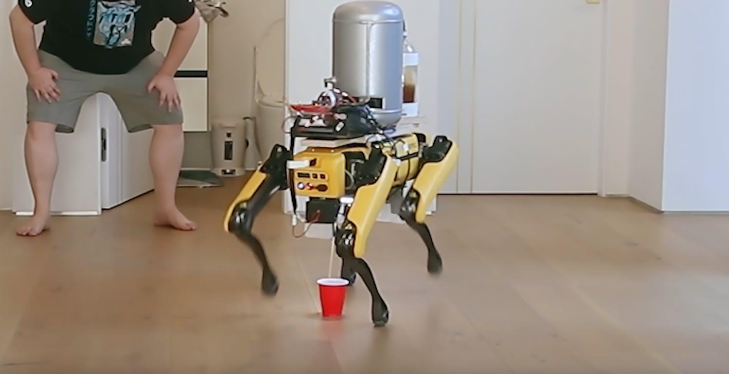 Il robot Spot sempre più simile ad un cane vero. Lo hanno modificato, e ora fa la pipì nel bicchiere