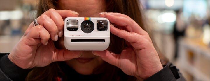 Polaroid Go, la recensione della macchina leggera, anzi leggerissima