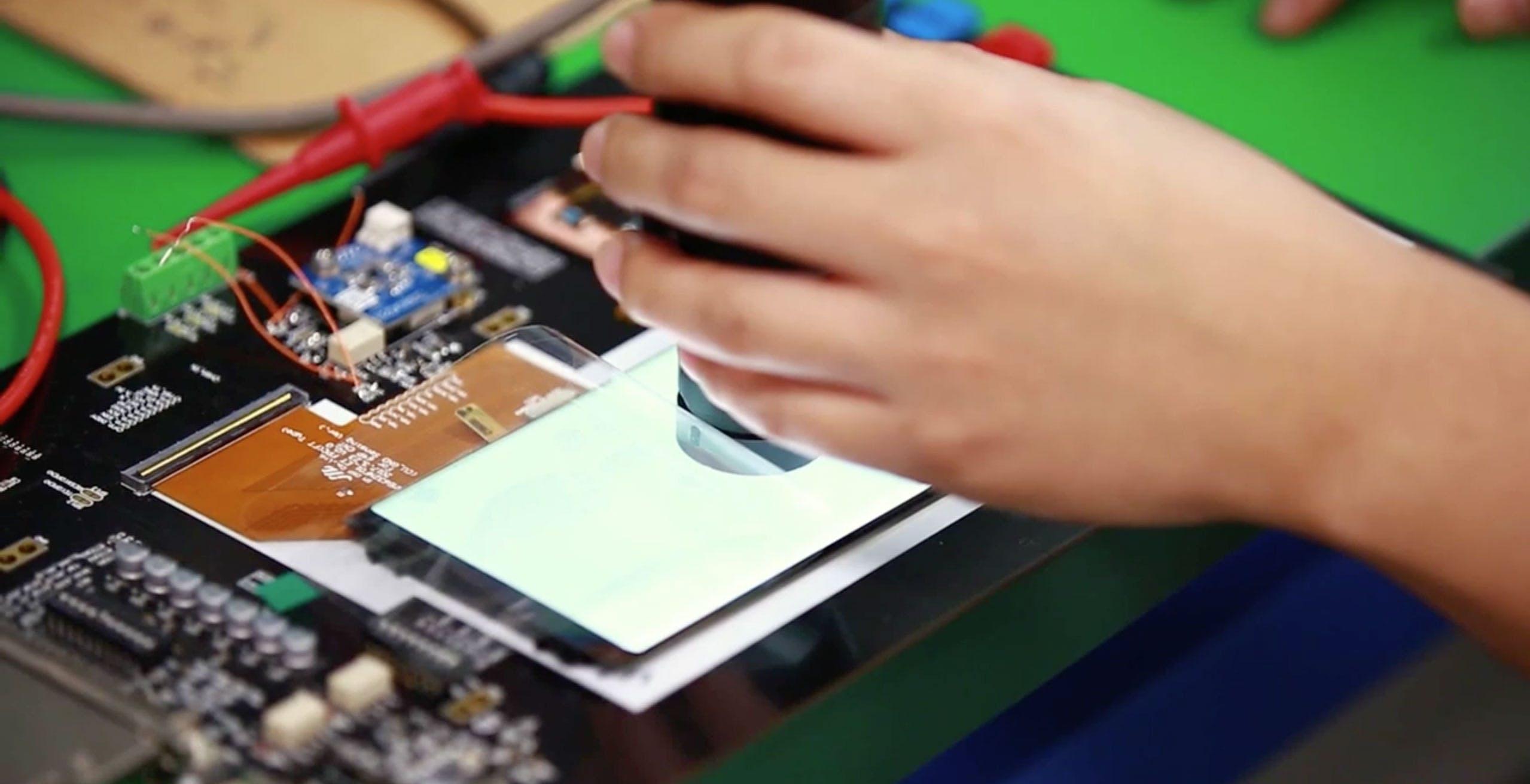"""iFixit bastona Samsung: """"Aveva promesso dispositivi riparabili, riutilizzabili e aperti. Poi ci ha ripensato"""""""