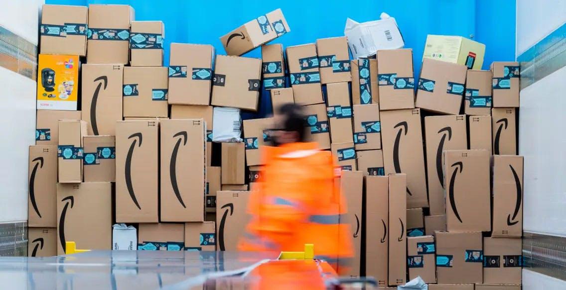 """""""Amazon sopprime la concorrenza imponendo i prezzi"""". Il colosso citato in giudizio negli Usa"""