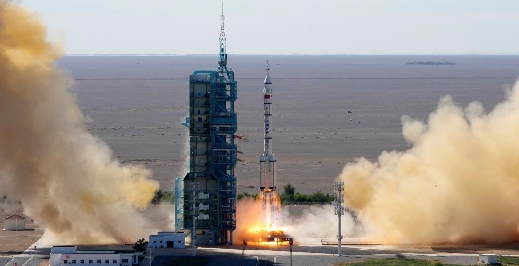 La Cina ha lanciato il primo equipaggio verso la sua nascente stazione spaziale Tiangong