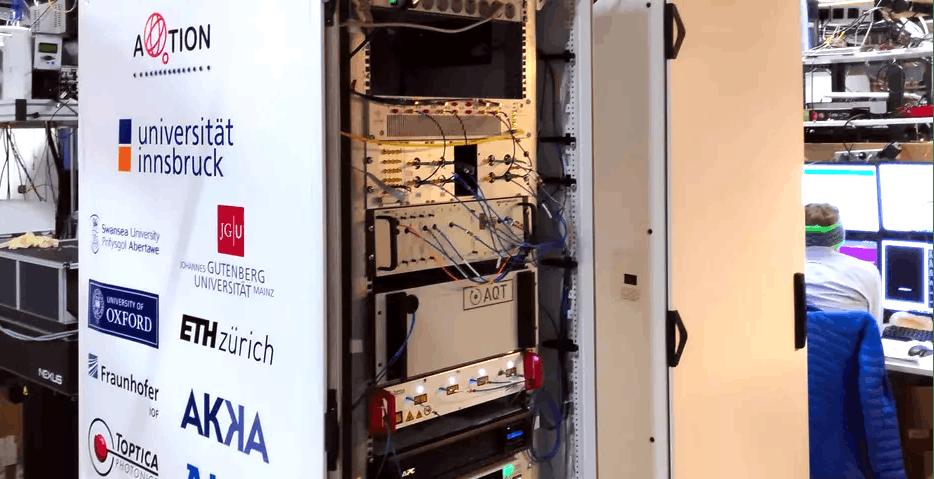 """Alcuni scienziati hanno realizzato un computer quantistico in """"miniatura"""": occupa due rack da 19"""""""