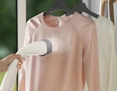 Electrolux lancia lo stiratore verticale Refine 700: ottimo in vacanza, elimina il 99% dei batteri