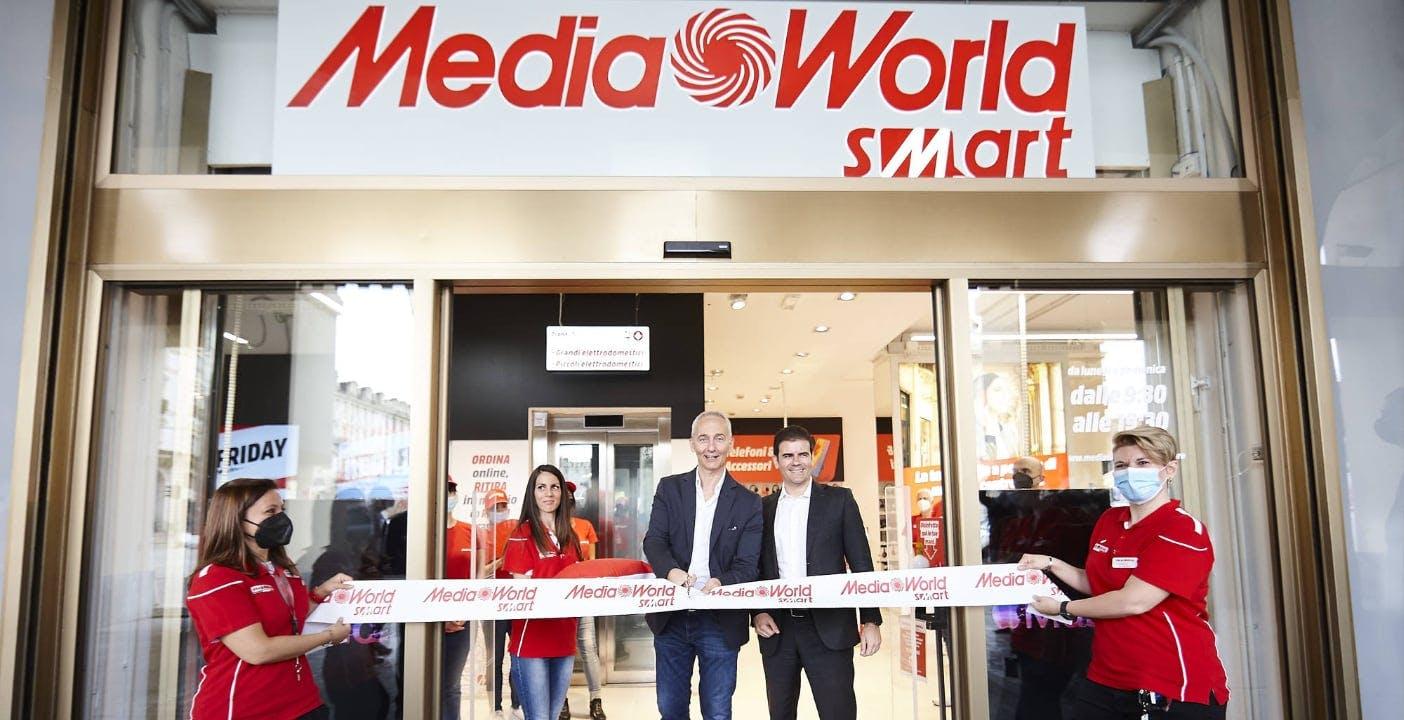 """Inaugurati i MediaWorld Smart di Roma e Torino: il negozio """"denso"""", con tanti prodotti, assistenza e lo """"scaffale infinito"""""""