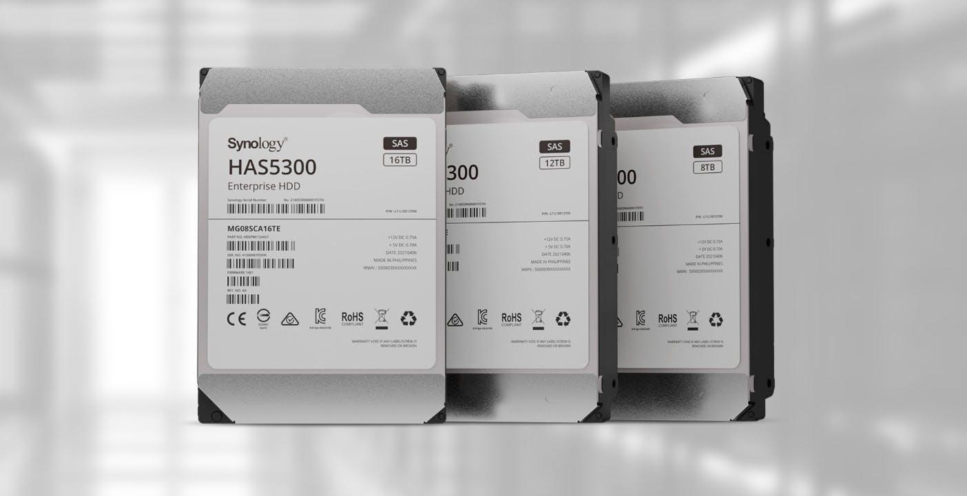 Synology lancia gli hard disk SAS enterprise: fino a 2,5 milioni di ore di lavoro e 180 unità in un unico server