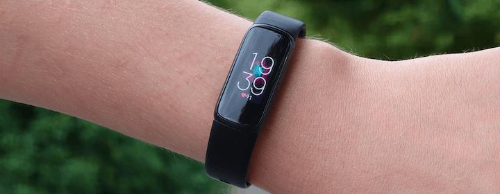 """Fitbit Luxe, recensione. Lo smartwatch """"invisibile"""" con un prezzo un po' ingombrante"""