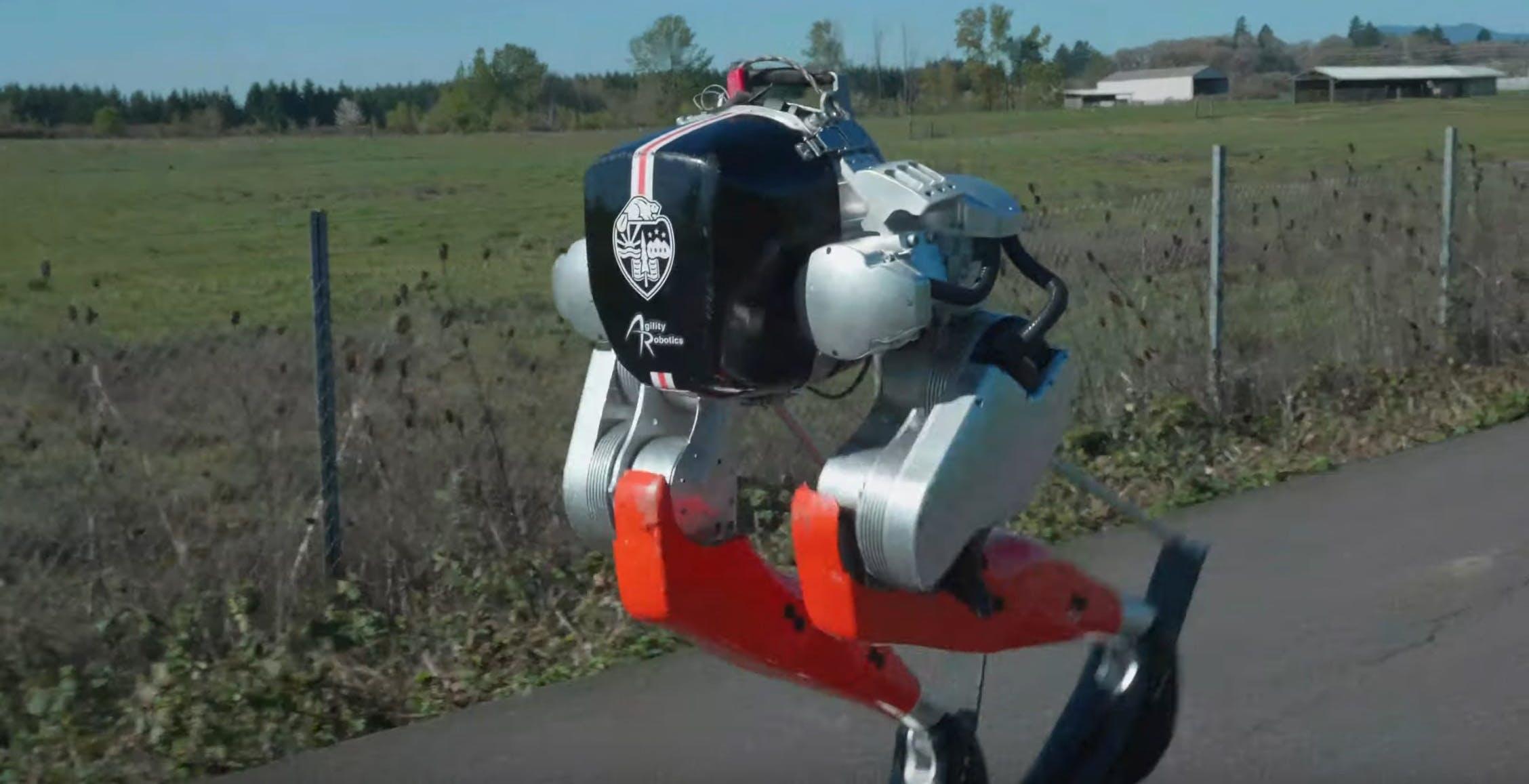 L'incredibile video del robot bipede Cassie. Ha corso per 5 km dopo avere imparato a camminare da solo