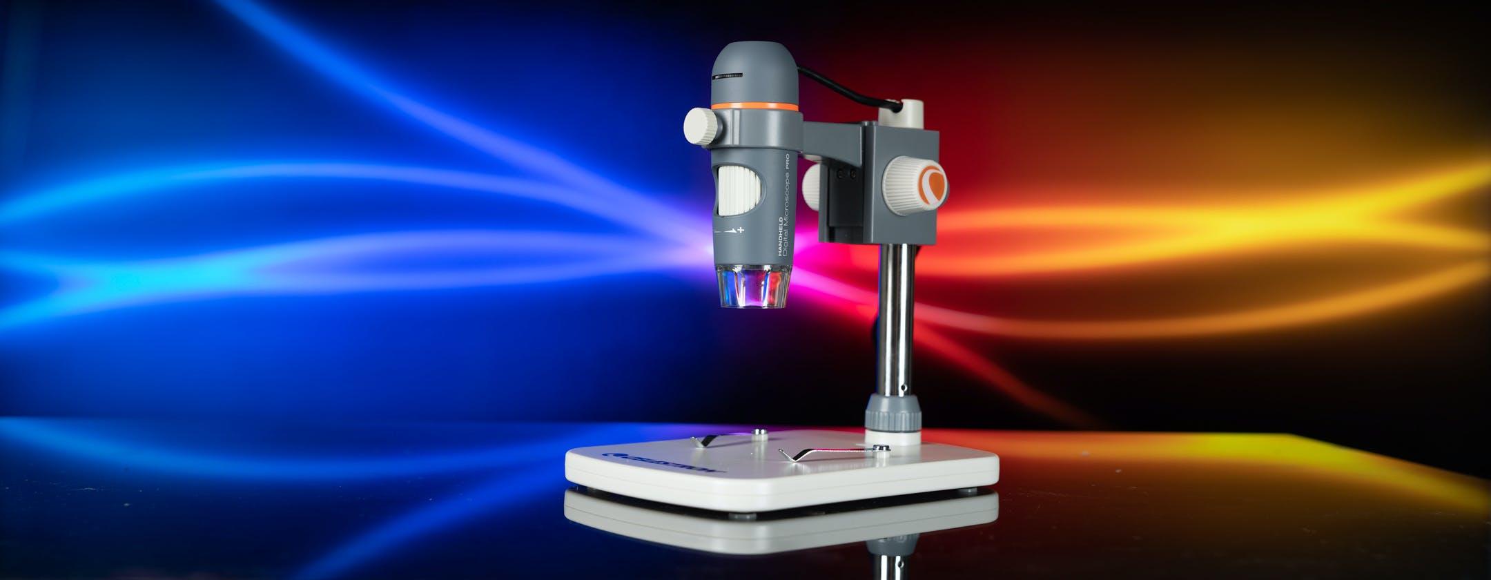 Insetti giganti e altri esperimenti: con il microscopio digitale di Celestron ci si diverte come bambini. La recensione
