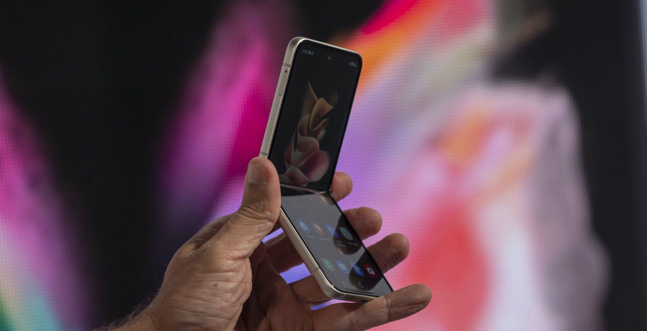 Galaxy Z Flip3 5G ufficiale: più robusto, waterproof e con un prezzo non impossibile
