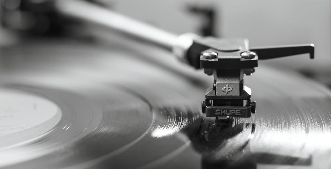 Dati FIMI 2021: lo streaming di musica a pagamento cresce del 41%. Vinile super