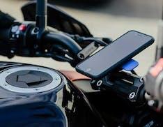 La fotocamera di uno smartphone si può rompere se si attacca al manubrio della moto. Apple avvisa i possessori di iPhone