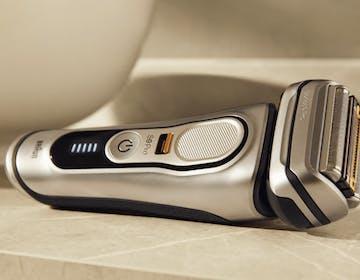 Braun presenta il rasoio elettrico che taglia la barba di 7 giorni e si ricarica nella custodia